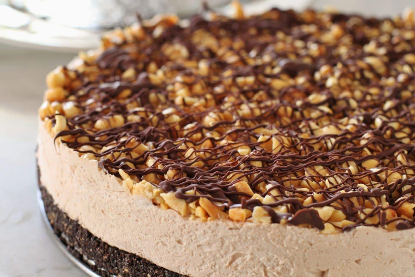 A rich chocolatey frozen peanut butter cake #nobake #peanutbuttercake #Frozendessert