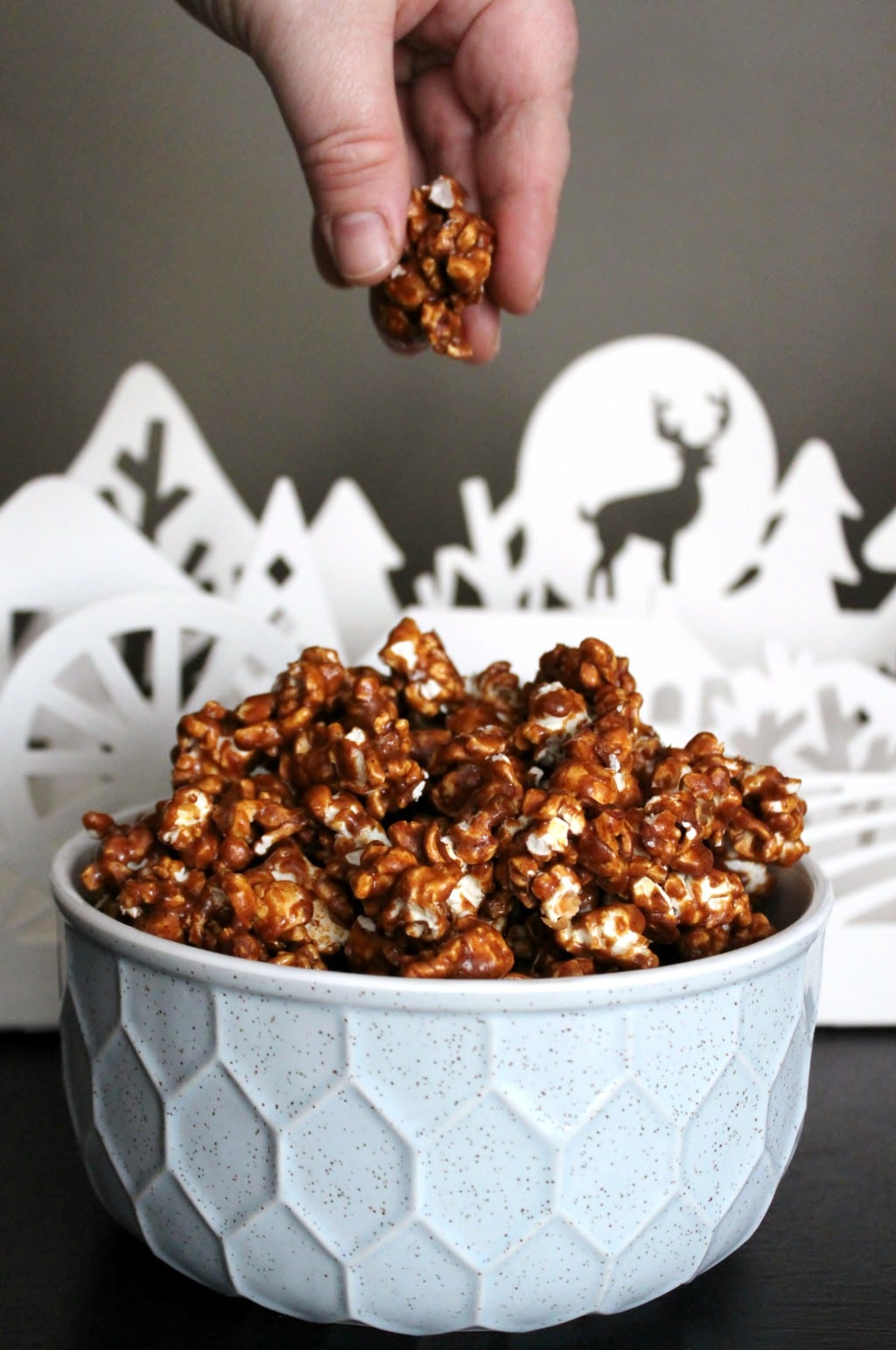 A delicious crispy, crunchy, buttery, Gingerbread Caramel Popcorn with warming Gingerbread spice. Pair it with your next Netflix binge and Chill. #caramelpopcorn #snacks #gingerbread #popcorn